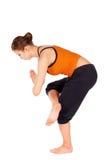 Esercitazione di pratica di yoga della donna adatta dei giovani Immagini Stock