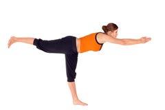 Esercitazione di pratica di yoga di posa 3 del guerriero della donna Fotografie Stock