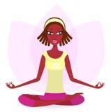 Esercitazione di pratica femminile etnica di yoga Immagine Stock