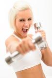 Esercitazione emozionante di dumbbells di allenamento della donna di forma fisica Fotografie Stock Libere da Diritti