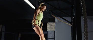 Esercitazione femminile dell'atleta di forma fisica Immagini Stock