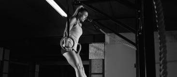 Esercitazione femminile dell'atleta di forma fisica Fotografia Stock