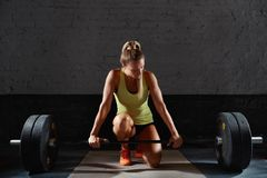 Esercitazione femminile dell'atleta di forma fisica Immagini Stock Libere da Diritti