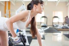 Esercitazione femminile della ragazza di forma fisica Immagine Stock