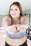 Esercitazione femminile obesa nel centro di forma fisica Fotografia Stock Libera da Diritti