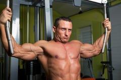 Esercitazione a forma di dell'uomo del muscolo sul randello di forma fisica Immagini Stock Libere da Diritti