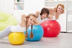 Esercitazione sana felice della famiglia Fotografia Stock Libera da Diritti