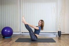 Esercitazione sorridente della donna di forma fisica Fotografia Stock