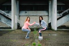 Esercitazione tozza e allenamento delle donne urbane di forma fisica Immagine Stock