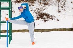Esercitazione urbana d'uso degli abiti sportivi della donna fuori durante l'inverno Fotografia Stock Libera da Diritti
