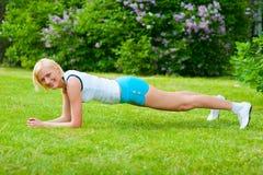 Esercitazioni dei pilates del doinng della donna Immagine Stock