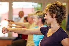 Esercitazioni del movimento in ginnastica Immagini Stock Libere da Diritti