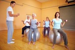 Esercitazioni di Dumbbell in ginnastica immagine stock libera da diritti