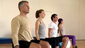 Esercitazioni di forma fisica a ginnastica video d archivio