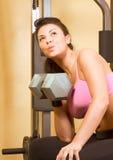 Esercitazioni pesanti di weightlifting di dumbbell della donna Fotografia Stock Libera da Diritti