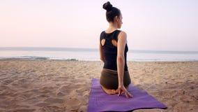 Eserciti su yoga dell'istruttore di yoga delle ragazze della spiaggia a casa Immagini Stock Libere da Diritti