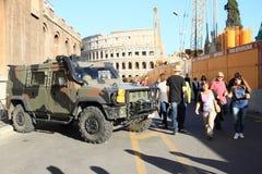Esercito davanti a Colosseum Immagine Stock