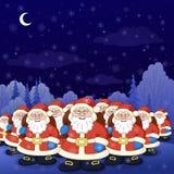 Esercito del Babbo Natale in una foresta di inverno di notte Fotografia Stock
