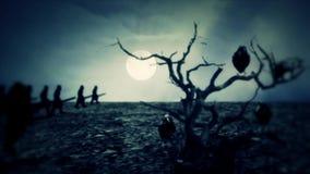 Esercito medievale marzo alla guerra alla notte con un albero morto ed i rave