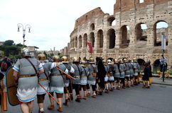 Esercito romano vicino al colosseum alla parata storica di Romani antichi Immagine Stock Libera da Diritti