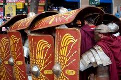 Esercito romano vicino al colosseum alla parata storica di Romani antichi Immagini Stock