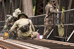 Esercito tailandese che mantiene il ponte del fiume Kwai in Kanchanabu Fotografie Stock Libere da Diritti