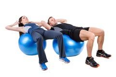 Esercizi addominali di Fitball Immagini Stock
