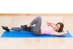 Esercizi addominali di giovane forma fisica sana della donna Immagine Stock Libera da Diritti