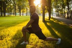 Esercizi all'aperto di allenamento di sedere-UPS dello sportivo Fotografia Stock