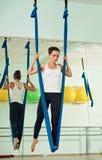 Esercizi antigravità della ragazza di yoga Immagini Stock