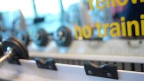 Esercizi del bicipite con i dumbells stock footage