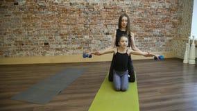 Esercizi del dumbell di allenamento della famiglia dei pilates di sport Immagini Stock Libere da Diritti