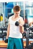 Esercizi del muscolo del bicipite di allenamento dell'uomo del culturista Fotografie Stock