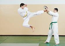 Esercizi del Taekwondo Dia dei calci dentro al salto fotografie stock