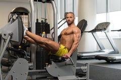 Esercizi della stampa della gamba di allenamento Fotografia Stock