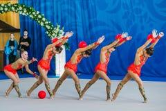 Esercizi delle ginnaste di prestazione del gruppo con la palla Fotografie Stock Libere da Diritti