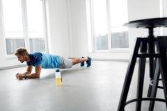Esercizi di allenamento dell'uomo Forma fisica Exercising Indoors di modello maschio Fotografia Stock Libera da Diritti