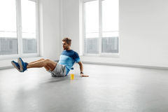 Esercizi di allenamento dell'uomo Forma fisica Exercising Indoors di modello maschio Fotografie Stock