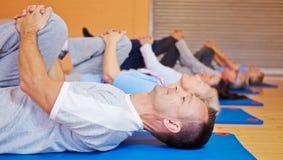 Esercizi di allenamento posteriori nella forma fisica Fotografia Stock Libera da Diritti