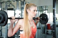 Esercizi di allenamento di sport della palestra di forma fisica Immagini Stock