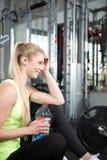 Esercizi di allenamento di sport della palestra di forma fisica Immagini Stock Libere da Diritti