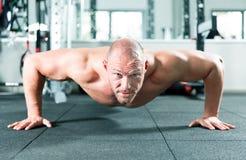 Esercizi di allenamento di sport della palestra di forma fisica Fotografia Stock Libera da Diritti