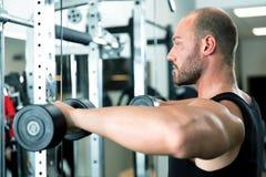 Esercizi di allenamento di sport della palestra di forma fisica Fotografia Stock