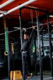 Esercizi di Antivari allenamento in palestra scura Immagini Stock Libere da Diritti
