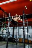 Esercizi di Antivari allenamento in palestra scura Fotografie Stock