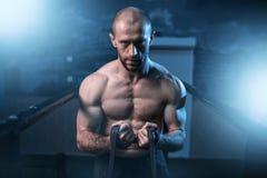 Esercizi di athlet del muscolo con la banda elastica Fotografia Stock Libera da Diritti