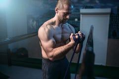 Esercizi di athlet del muscolo con la banda elastica Fotografia Stock