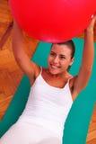 Esercizi di fisioterapia con il fitball della palla del bobath Immagine Stock