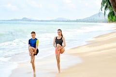 Esercizi di forma fisica Allungamento delle coppie Atleta Exercising sport Immagine Stock Libera da Diritti