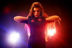 Esercizi di forma fisica delle donne di pugilato in palestra Allenamento di sport sull'anello Immagini Stock